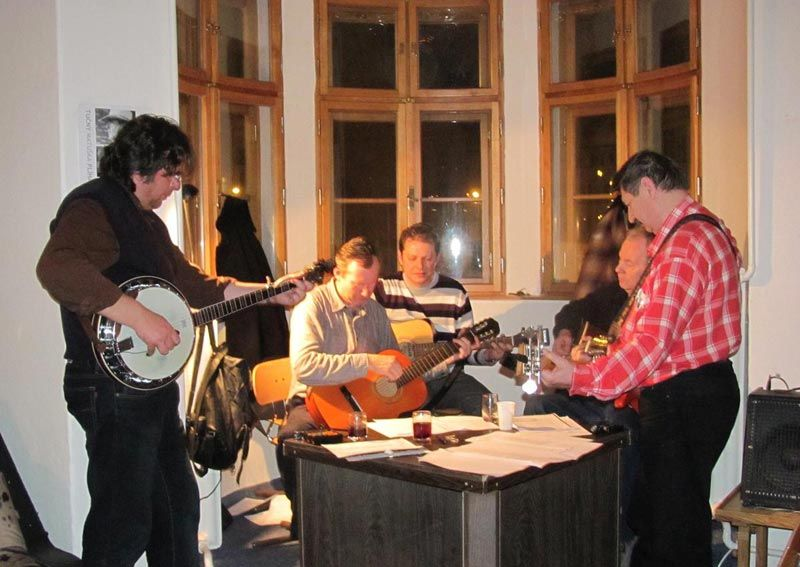 tucny-matuska-plihal-na-kytaru