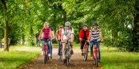 cyklisté v parku